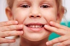 Лечение зубов у детей требует особого подхода и навыков общения с маленькими пациентами.