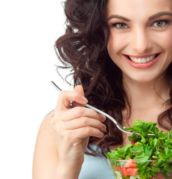 После отбеливания зубов необходимо придерживаться рациона питания без окрашивающих эмаль продуктов.