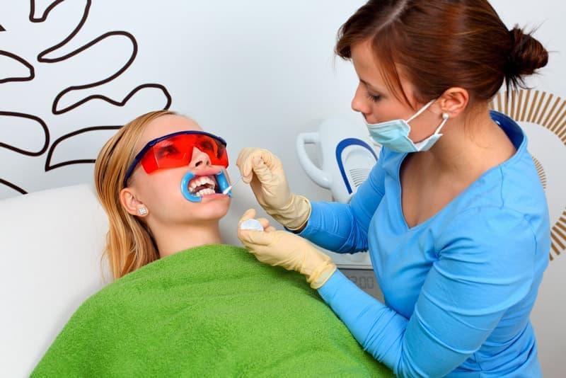 Современное отбеливание зубов включает в себя несколько основных методик: лазерное, химическое, фотоотбеливание.