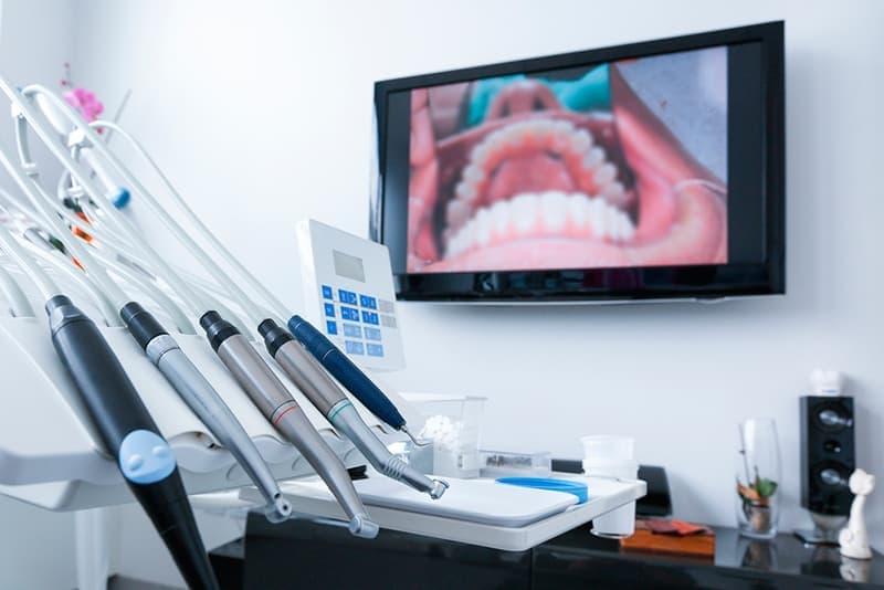 Лечение пародонтоза и пародонтита осуществляется с помощью аппарата Vector, посредством которого обрабатываются пародонтальные карманы.