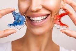 Исправление прикуса возможно различными методами, например, капами, пластинами и брекетами.