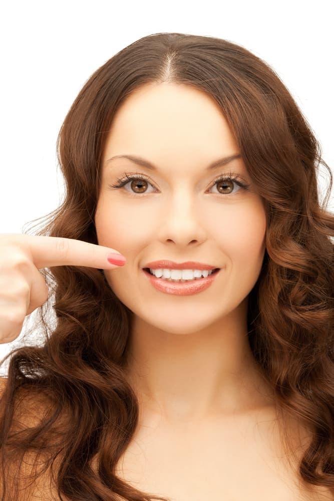 Адгезивные протезы чаще всего устанавливаются на передние зубы, поскольку для жевательных зубов эта конструкция недостаточно прочна.