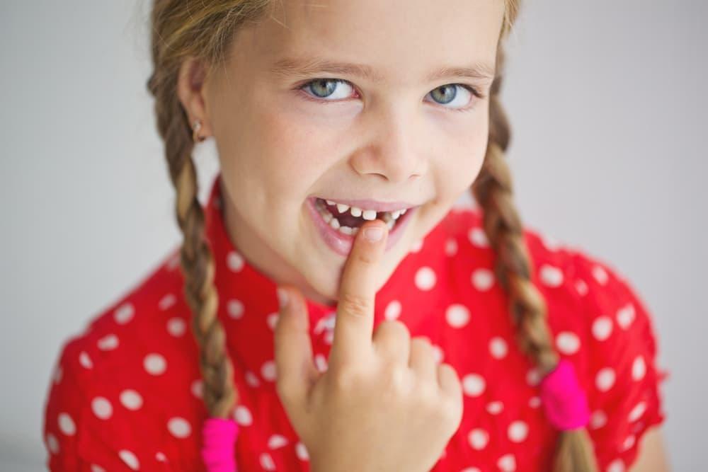 Смена зубов с молочных на постоянные начинается примерно в 6 лет.