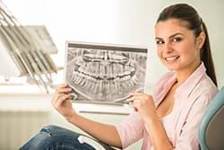 Прорезывание зубов мудрости может спровоцировать искривление рядом стоящих зубов.